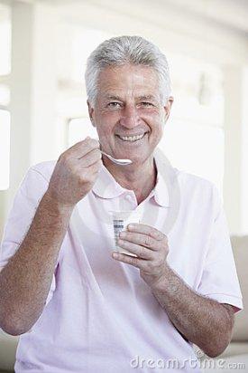 midden-oude-mens-die-yoghurt-eet-7875212